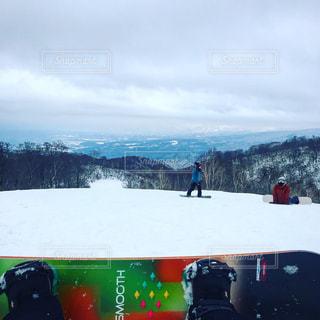 雪をスノーボードに乗る人が斜面をカバーの写真・画像素材[1714649]