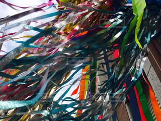 長い色とりどりの凧の写真・画像素材[938910]