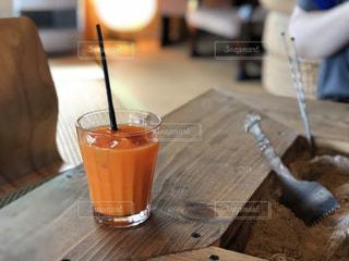 木製のテーブルの上に座ってコーヒー カップの写真・画像素材[1446440]