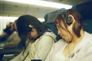 旅行帰りに眠る女の子たちの写真・画像素材[56247]