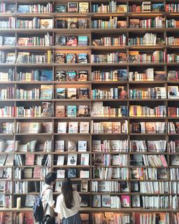 近くに図書の棚の本でいっぱいの写真・画像素材[737205]