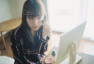カメラにポーズを鏡の前に座っている女性の写真・画像素材[819962]