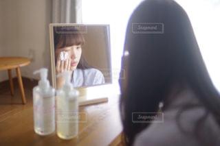 窓の前に座っている人の写真・画像素材[819967]