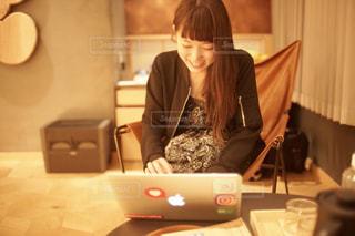 テーブルの上に座っている女性の写真・画像素材[927030]