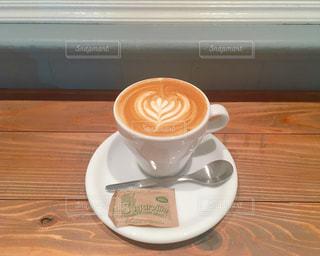 テーブルの上のコーヒー カップの写真・画像素材[933990]