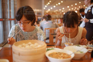 食事のテーブルに座って若い男の子の写真・画像素材[938528]