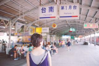 建物の前に立っている女性の写真・画像素材[938532]