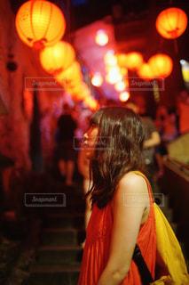 レストランの前に立っている女性の写真・画像素材[952271]