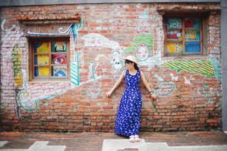 れんが造りの建物の前に立っている人の写真・画像素材[952372]
