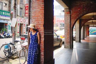 自転車は建物の脇に駐車の写真・画像素材[952374]