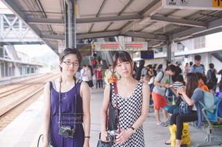 駅に立っている人のグループ - No.952379