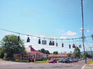 ニューヨークの田舎町を走る車の写真・画像素材[1003874]