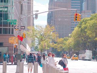 ニューヨークの街の通りを歩いている人のグループの写真・画像素材[1005371]