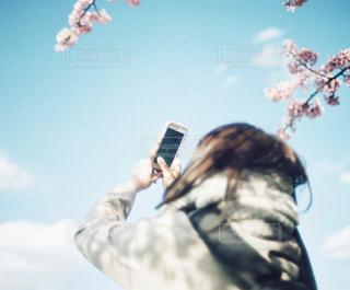スマホで写真を撮る女性の写真・画像素材[1108645]