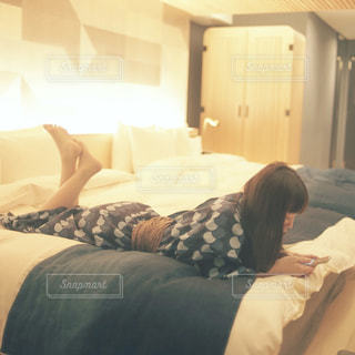 部屋でスマホをいじる女性の写真・画像素材[1237599]