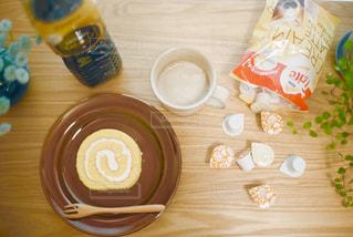 テーブルの上のコーヒーとケーキの写真・画像素材[1258102]