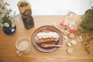 テーブルの上のコーヒーとケーキの写真・画像素材[1258113]