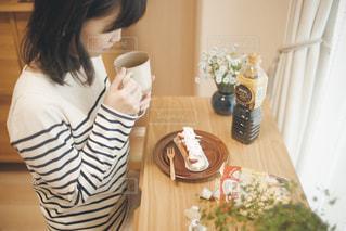 おうちカフェとくつろぐ女性の写真・画像素材[1258118]