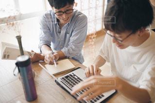 ノート パソコンを見ている人々 のグループの写真・画像素材[1322707]
