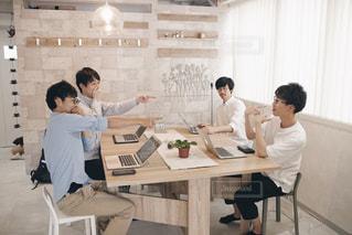 テーブルに座っている人々 のグループの写真・画像素材[1323667]