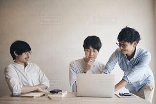 テーブルに座っている人々 のグループの写真・画像素材[1354685]