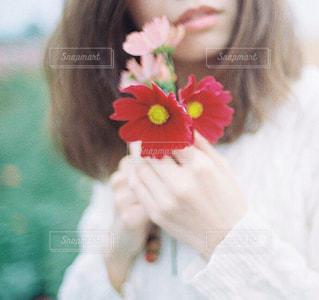 花を持つ女性のの写真・画像素材[1370640]