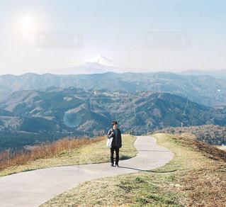 大室山と男性のの写真・画像素材[1403777]