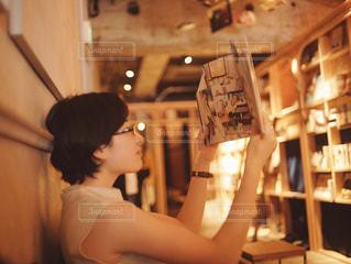 図書館と女性の写真・画像素材[1548218]