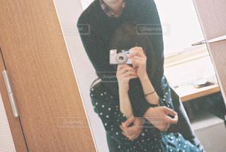 鏡越しのカップルの写真・画像素材[1583900]