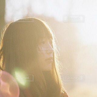 光に透ける髪と女性の写真・画像素材[1618120]
