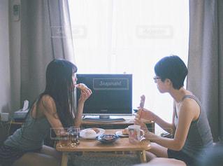 リビングで朝ごはんを食べる女性の写真・画像素材[1629794]