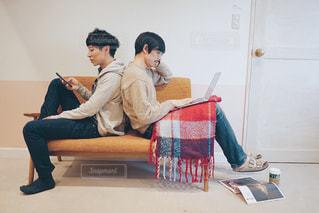 お部屋で休日を過ごす男性たちの写真・画像素材[1651799]