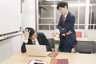 オフィスで打ち合わせ中の男性たちの写真・画像素材[1667815]