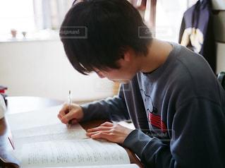 家で勉強する男性の写真・画像素材[1692236]