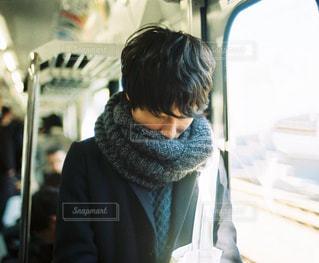 電車で窓際に立つ男性の写真・画像素材[1693443]