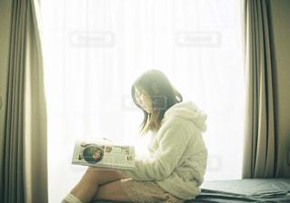 雑誌を読んでくつろぐ女性の写真・画像素材[1785502]