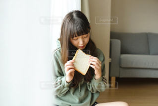 朝ごはんを食べる女性の写真・画像素材[1785554]