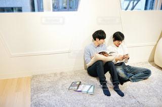 読書をする男性たちの写真・画像素材[1815383]