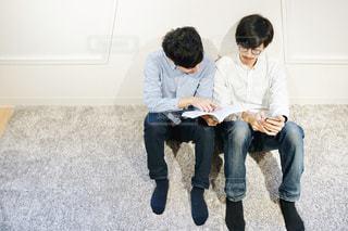 仲良く読書をする男性たちの写真・画像素材[1815390]