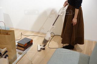 掃除機をかける女性の写真・画像素材[1817395]