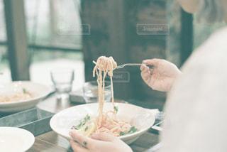 カフェとパスタと女性の写真・画像素材[2251828]