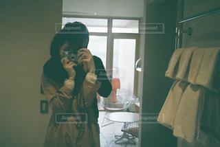 自撮りをするカップルの写真・画像素材[2269180]