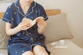 寝る前の読書の写真・画像素材[2292544]