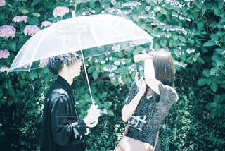 傘の中で撮り合うカップルの写真・画像素材[2306821]