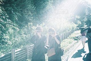 フィルムカメラカップルの写真・画像素材[2321947]