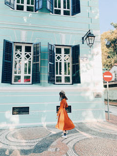可愛い街並みと女性の写真・画像素材[2804808]