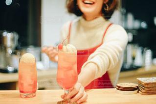 オレンジ色のクリームソーダの写真・画像素材[2811958]