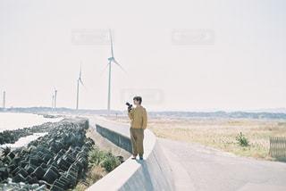 風車とカメラ男子の写真・画像素材[2813860]