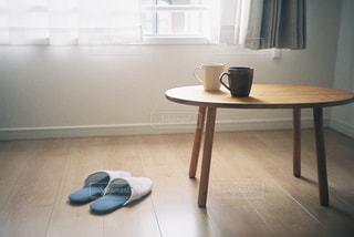 窓際のコーヒーカップの写真・画像素材[2815368]