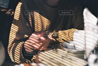 ブラインドの影とフォークの写真・画像素材[2874864]